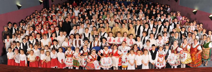 A több mint háromszáz fellépő tizennégy településről érkezett, 15 népi tánccsoport, 6 kórus, 3 drámai csoport és 2 zenekar produkcióját láthatta a közönség